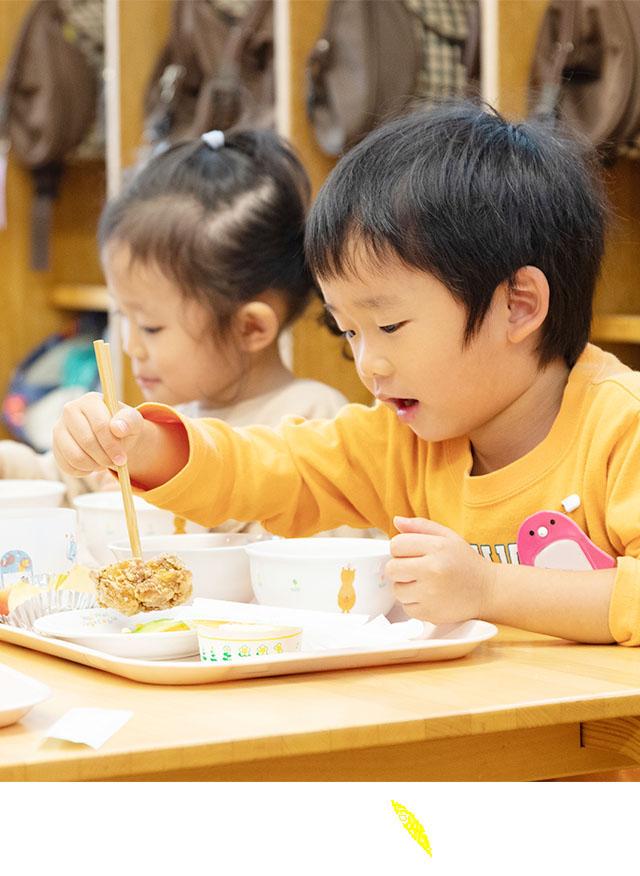 食べるイメージ:男の子の給食