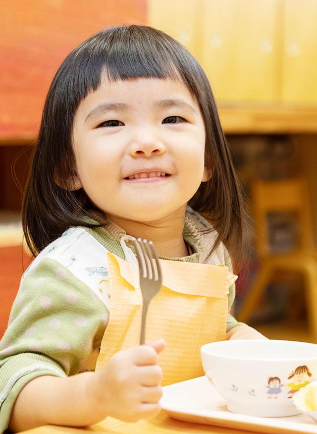 食べるイメージ:女の子の給食